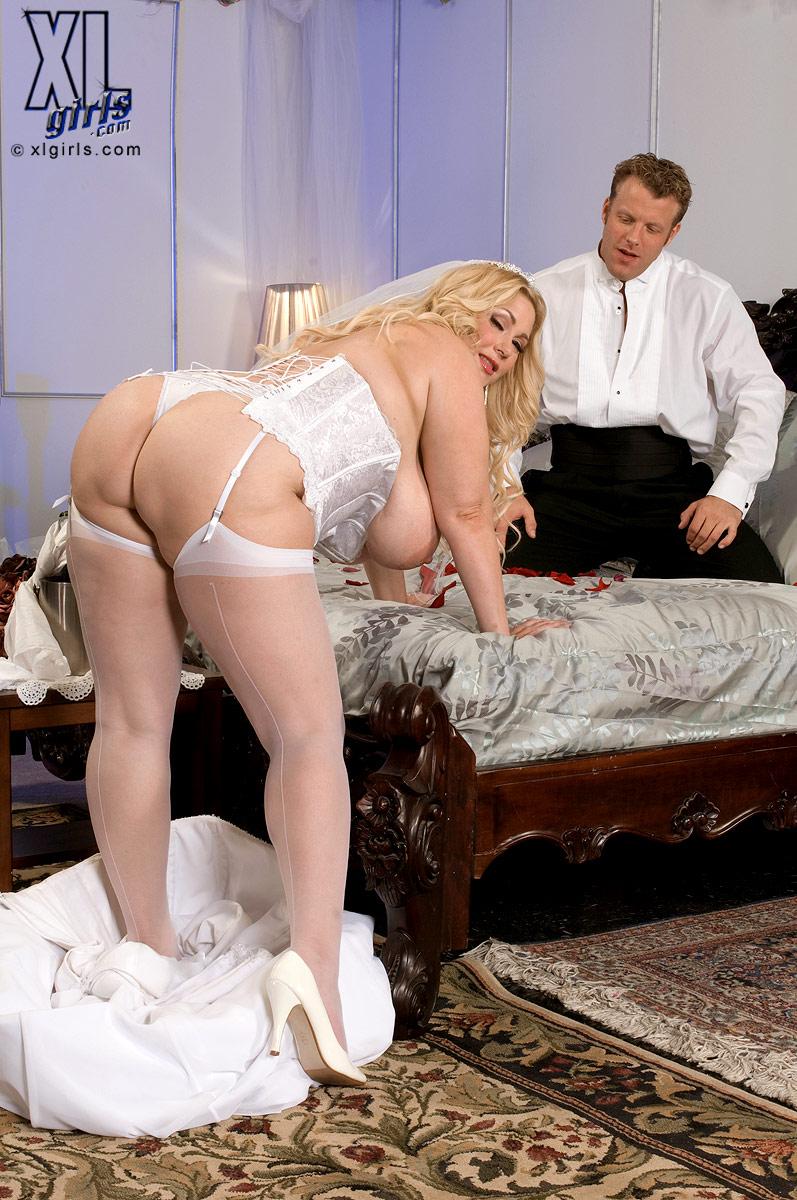 тонкой порно красивой загорелой толстушки в красивом белом белье с двумя самцами животика, опущусь чуть